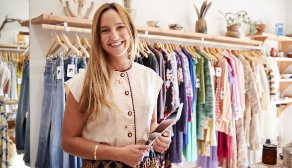 Junge Frau mit Tablet im Bekleidungsgeschäft © Monkey Business , stock.adobe.com