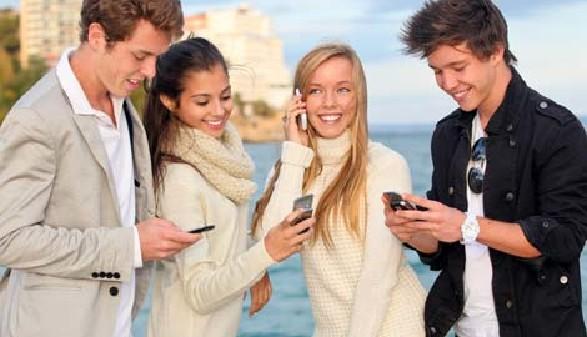 Jugendliche mit Handy © godfer, Fotolia.com