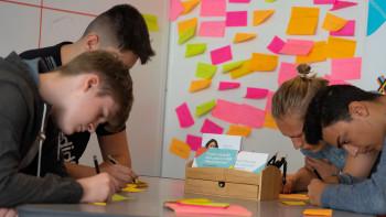 XStarters-Team bei Brainstorming © XStarters