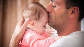 Vater liebkost Baby © Andriy Petrenko, stock.adobe.com