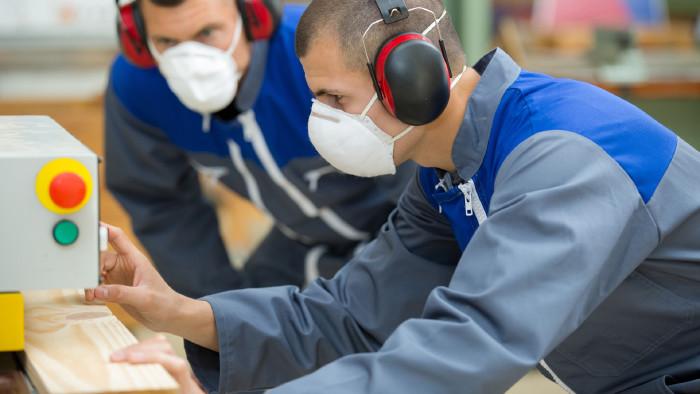 Arbeitnehmer arbeitet mit Schutzmaske an Maschine © auremar, stock.adobe.com
