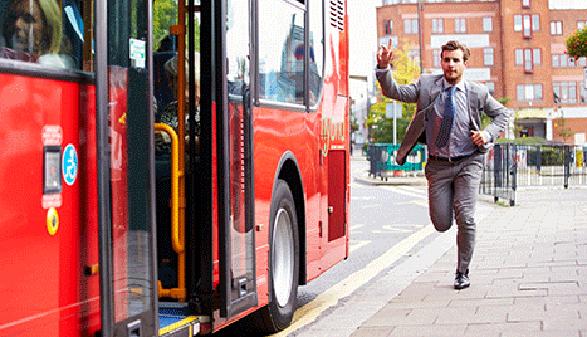 Mann versucht laufend einen Bus zu erwischen. © Monkey Business, Fotolia.com