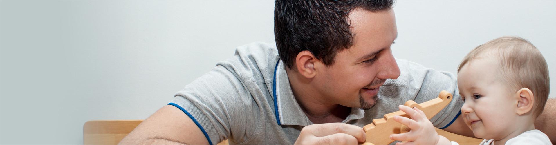 Junger Vater spielt mit seinem Kind © ManEtli, stock.adobe.com