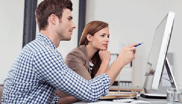 Studentin und Student sitzen vor Bildschirm © contrastwerkstatt, Fotolia