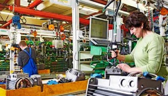 Frau und Mann in einem Industriebetrieb © Ingo Bartussek, Fotolia.com