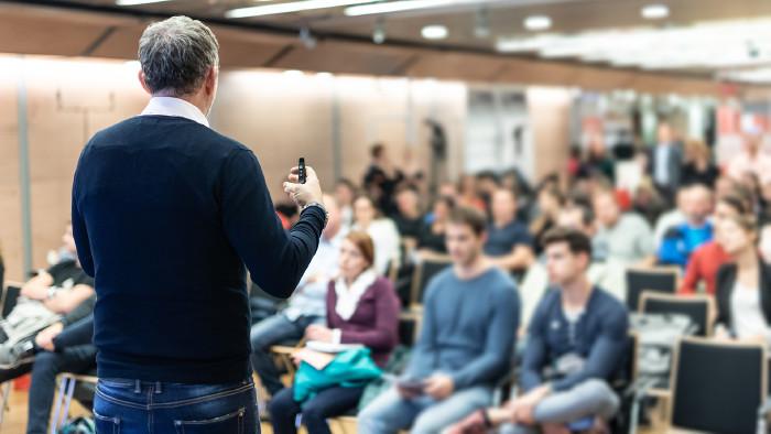 Vortragender bei Betriebsversammlung © kasto , stock.adobe.com