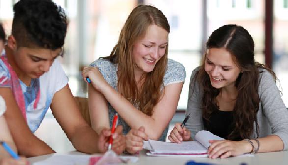 Jugendliche beim Lernen in der Schule © Christian Schwier, Fotolia
