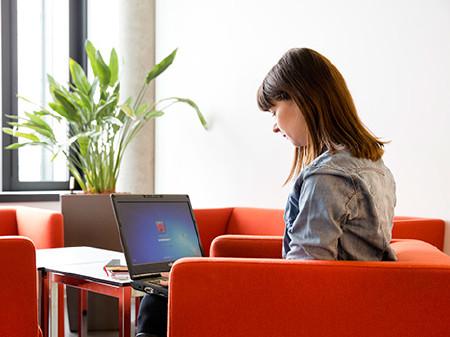mit Laptop © Lisi Specht, AK Wien