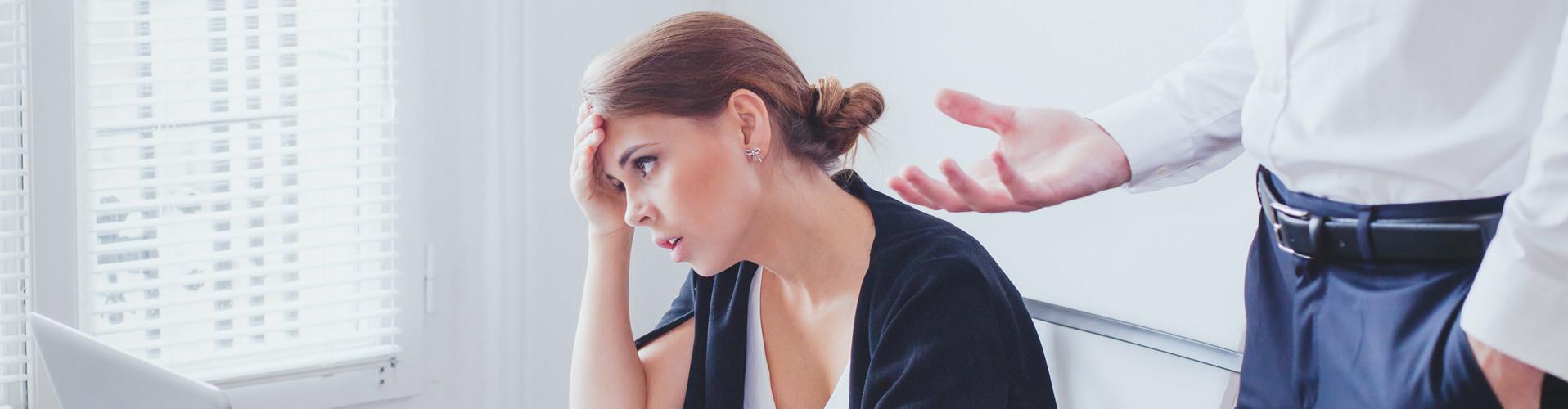 Eine gestresste Angestellte wird vom Chef zurechtgewiesen © anyaberkut, stock.adobe.com
