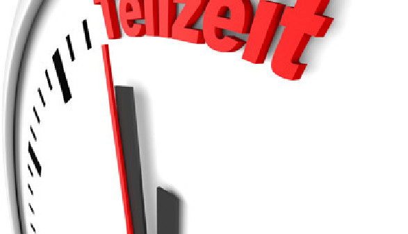 """Zu sehen ist ein Ausschnitt einer Wanduhr. Am Ziffernblatt steht das Wort """"Teilzeit"""". © A. Hartung, stock.adobe.com"""