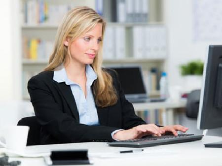 Frau mit Laptop © Picture-Factory, Fotolia.com