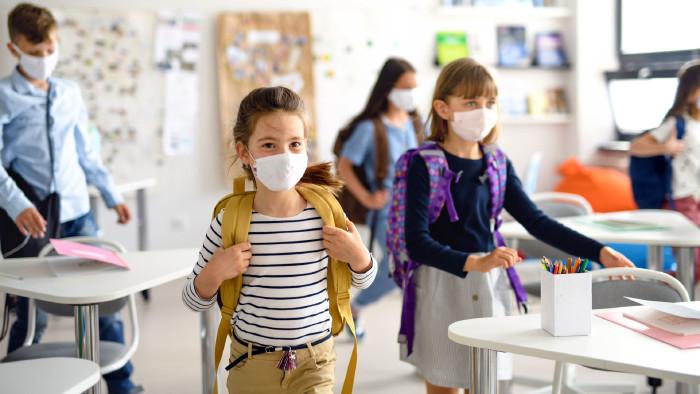 Schulkinder mit Masken © Halfpoint, adobe.stock.com