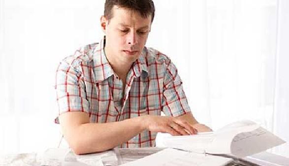Mann füllt Lohnsteuererklärung aus © victoria p, Fotolia.com