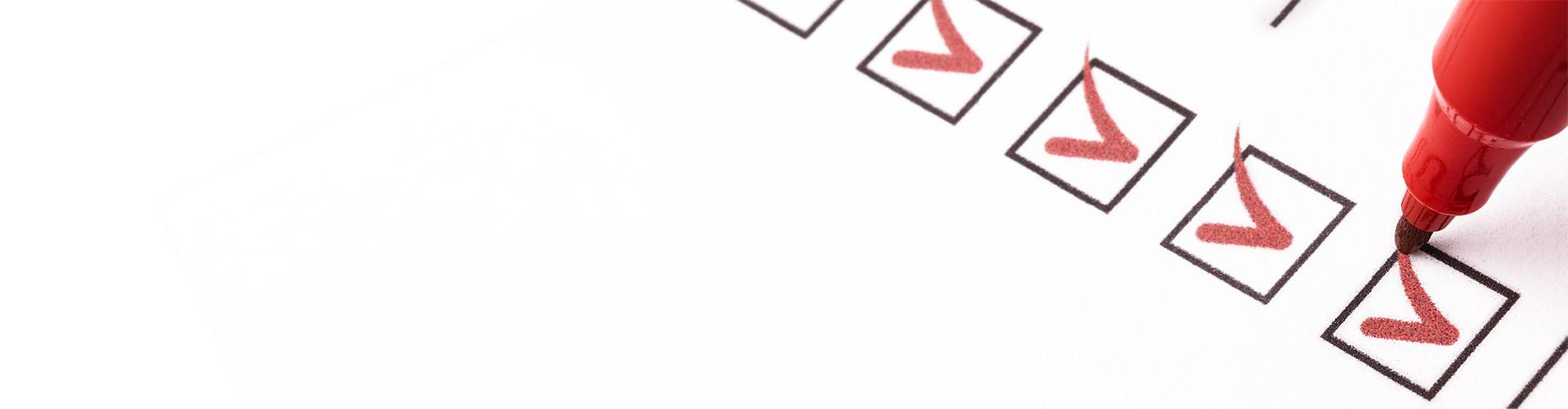 Auf einer Liste mit 7 Checkboxen sind 5 davon mit rotem Filzstift abgehakt. © Aspi13, stock.adobe.com
