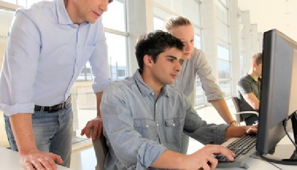Junger Mann wird am Computer eingeschult © goodluz, Fotolia