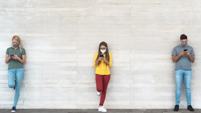 Junge Menschen mit Mund-Nasen-Schutz © Alessandro Biascioli, stock.adobe.com