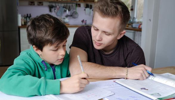 Vater lernt zu Hause mit seinem Kind. © photophonie, stock.adobe.com