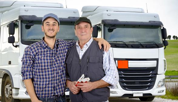 Zwei Männer stehen vor LKW © katy_89, stock.adobe.com