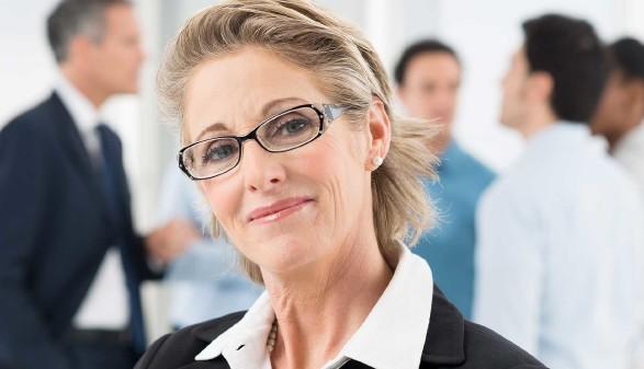 Zufriedene Chefin mit Mitarbeiter im Hintergrund © Rido, stock.adobe.com