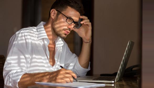 Mann mit Brille sitzt bei Notebook und überlegt © luckybusiness , stock.adobe.com