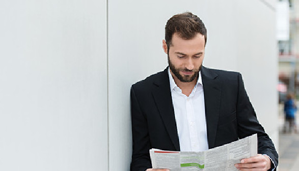 Mann liest Stellenbeschreibung © contrastwerkstatt, Fotolia