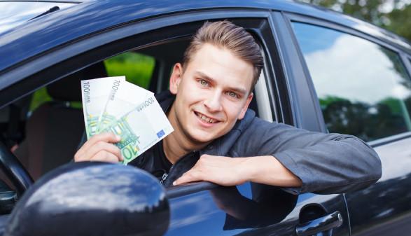 Autofahrer mit Geldscheinen © OcskayMark, stock.adobe.com