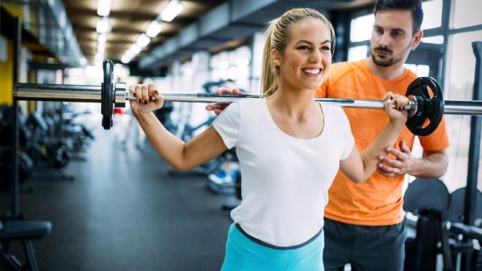 Frau trainiert im Fitnessstudio mit Langhantel © NDABCREATIVITY , stock.adobe.com