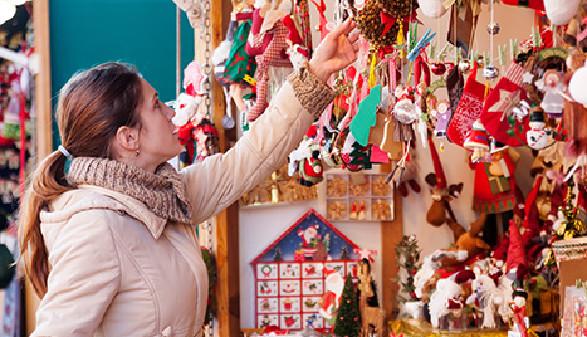 Frau sortiert Weihnachtsanhänger © JackF, Fotolia