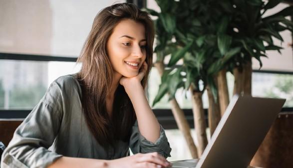Junge Frau sitzt vor Laptop © Oleksii, stock.adobe.com