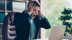 Mann blickt erschrocken auf seinen PC © Deagreez, stock.adobe.com
