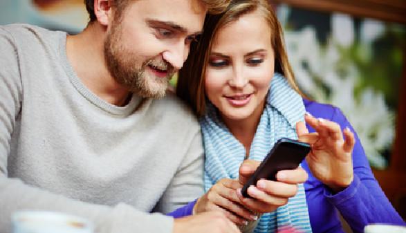 Mann und Frau spielen am Smartphone © pressmaster, fotolia.com