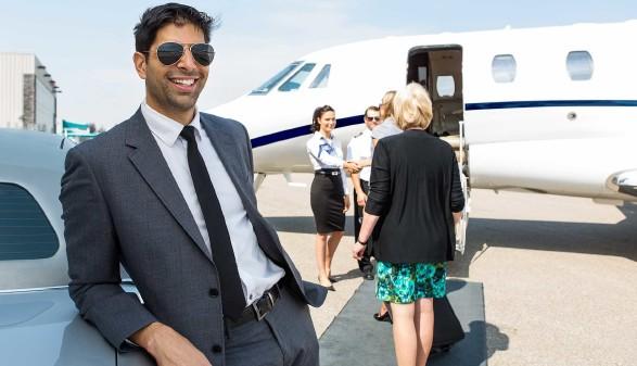 Mann steht vor einem Flugzeug © Tyler Olson, stock.adobe.com