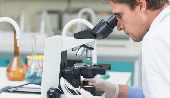 Ein Mann im Labor schaut durch ein Mikroskop. © Fotolia.com/WavebreakmediaMicro, AK Stmk