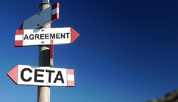 Weggabelung mit Schildern CETA und Agreement © Darwel, Fotolia.com