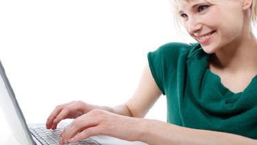 Junge Frau arbeiten am Laptop © contrastwerkstatt, Fotolia
